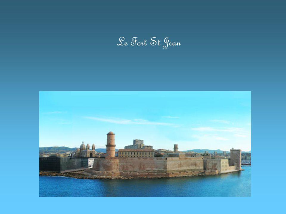 Vous pouvez visiter le port et ses alentours en bateau.