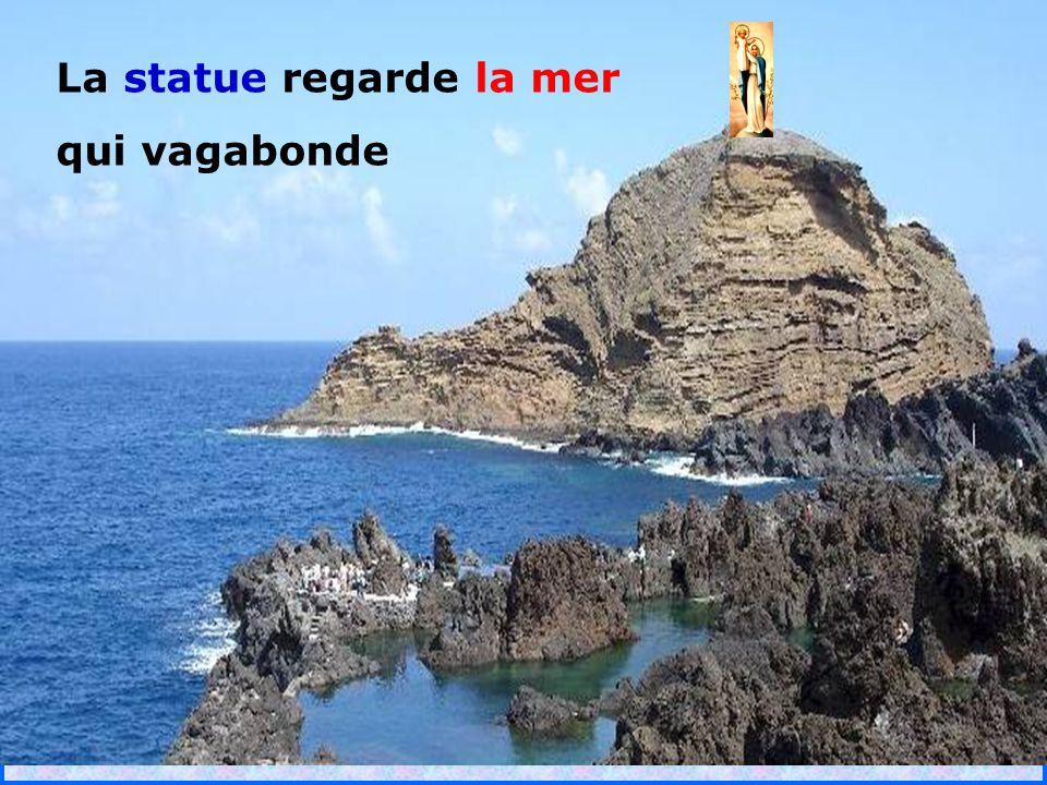 .. La statue regarde la mer qui vagabonde