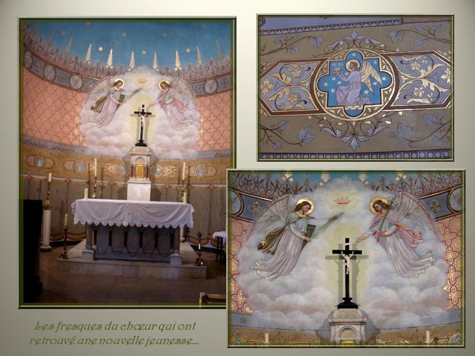 De chaque côté de larche délimitant le chœur, des écussons représentant la papauté, des archevêques et un chanoine. (deux glands seulement)