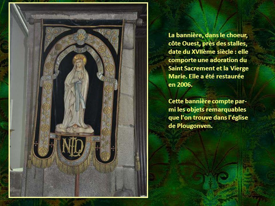 Sainte ANNE Sainte Anne portant sur son bras Gauche la Sainte Vierge couronnée, qui tient, sur un genou, l'Enfant Jésus auquel elle enseigne à lire da