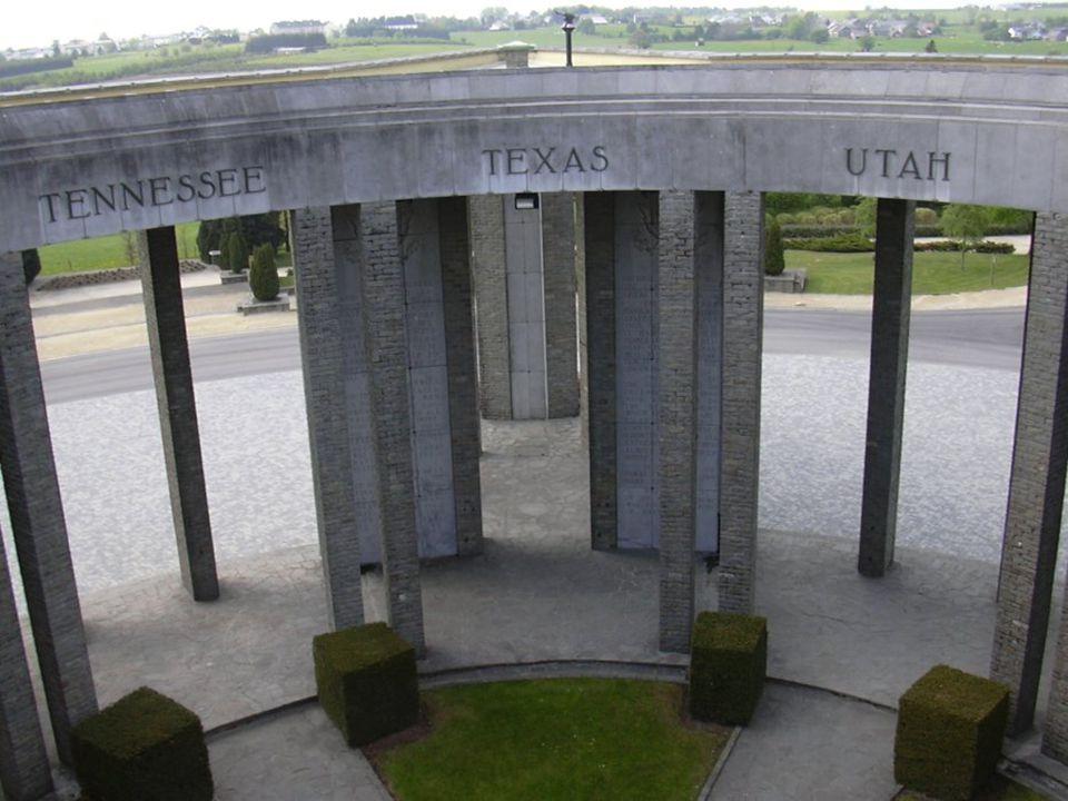 Mémorial du Mardasson Ce monument, en forme détoile à cinq branches, a été conçu par larchitecte Georges DEDOYARD pour honorer la mémoire des 76.890 soldats américains tués, blessés ou disparus pendant la Bataille des Ardennes.
