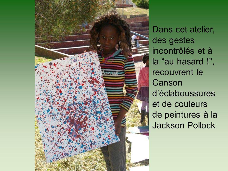 Dans cet atelier, des gestes incontrôlés et à la au hasard !, recouvrent le Canson déclaboussures et de couleurs de peintures à la Jackson Pollock.