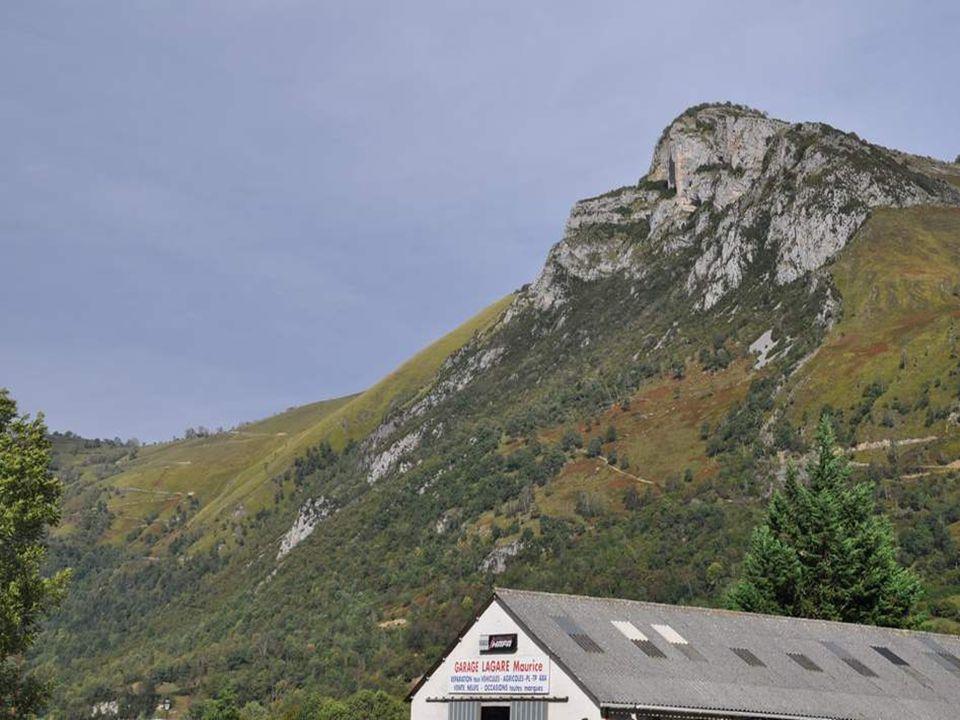 Vous venez ? On fait un peu de grimpette, le long de ce sentier si bien dessiné sur le flanc de la colline !