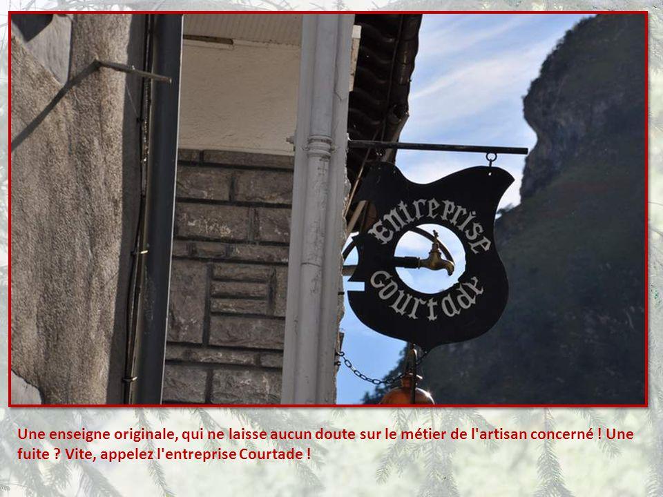 Nous voici à Laruns, belle petite ville de montagne, très prisée des touristes. Cette commune de 1300 habitants envi- ron, est cependant le troisième