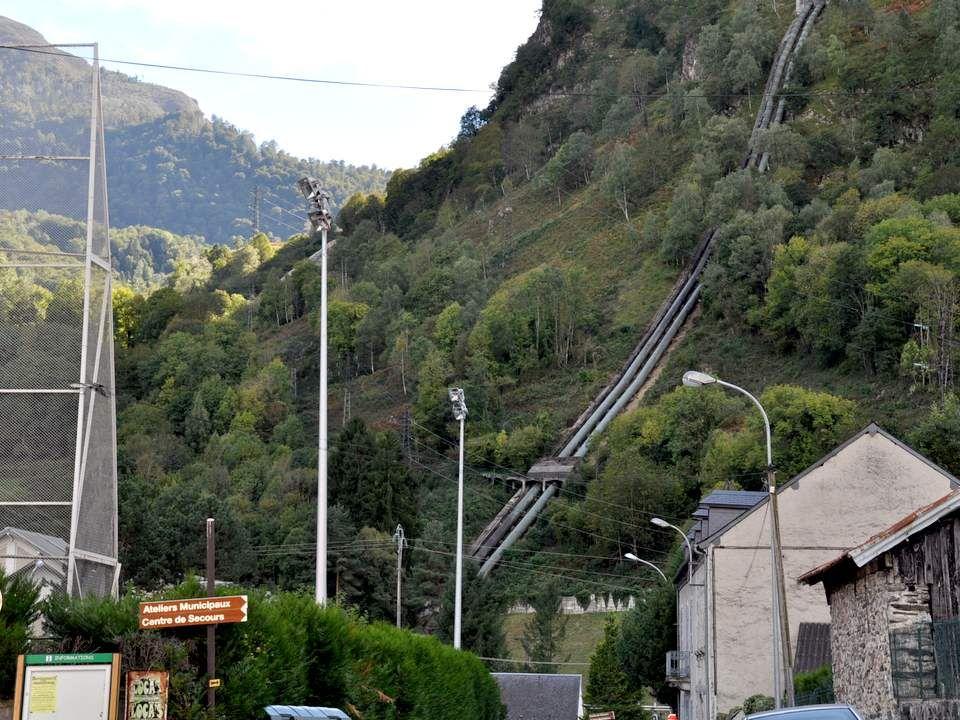 Dans la montagne, on aperçoit parfois ces conduits forcées qui dégringolent les pentes pour amener l'eau vers de petites unités hydro-électriques.