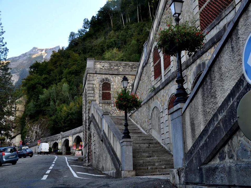 C'est un petite cité coquette, également passage obligé pour les grandes randonnées en montagne.
