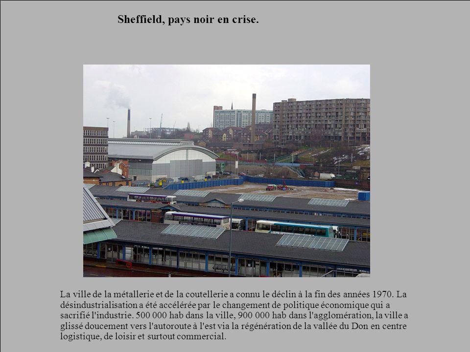 Sheffield, pays noir en crise. La ville de la métallerie et de la coutellerie a connu le déclin à la fin des années 1970. La désindustrialisation a ét