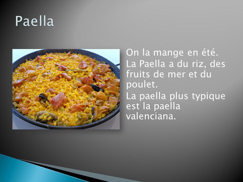 On la mange en été.La Paella a du riz, des fruits de mer et du poulet.