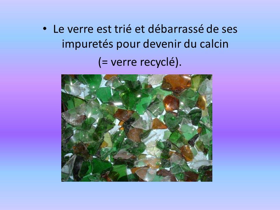 Le verre est trié et débarrassé de ses impuretés pour devenir du calcin (= verre recyclé).