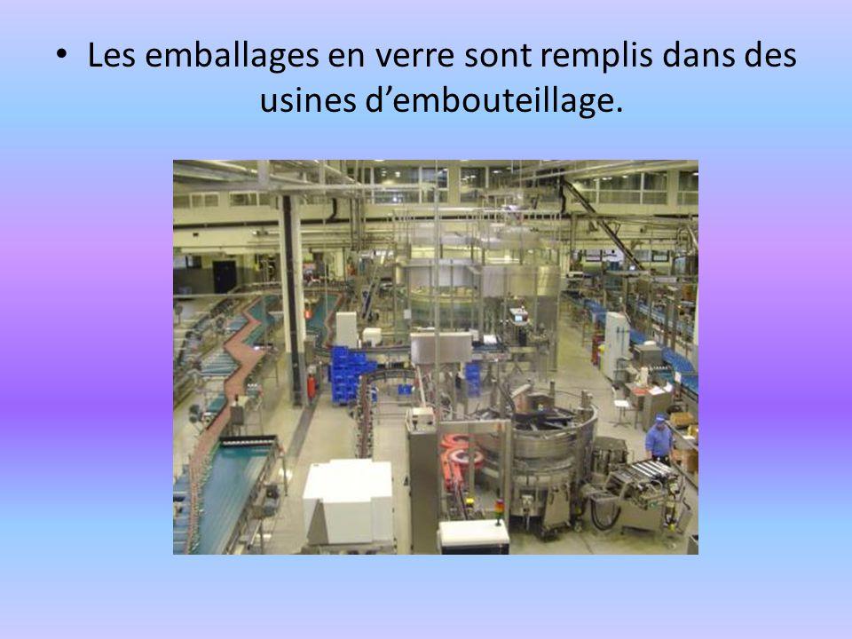 Les emballages en verre sont remplis dans des usines dembouteillage.