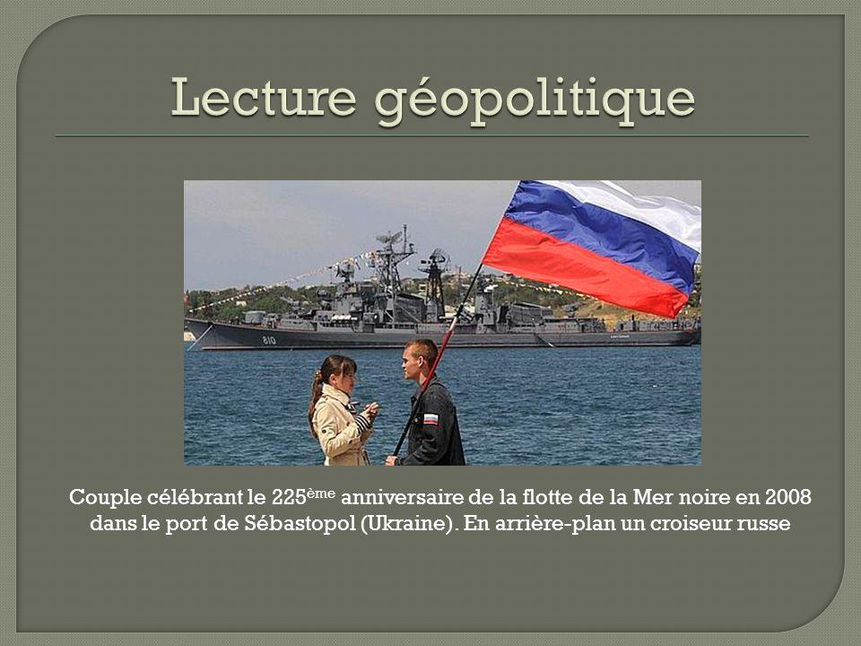 Couple célébrant le 225 ème anniversaire de la flotte de la Mer noire en 2008 dans le port de Sébastopol (Ukraine). En arrière-plan un croiseur russe