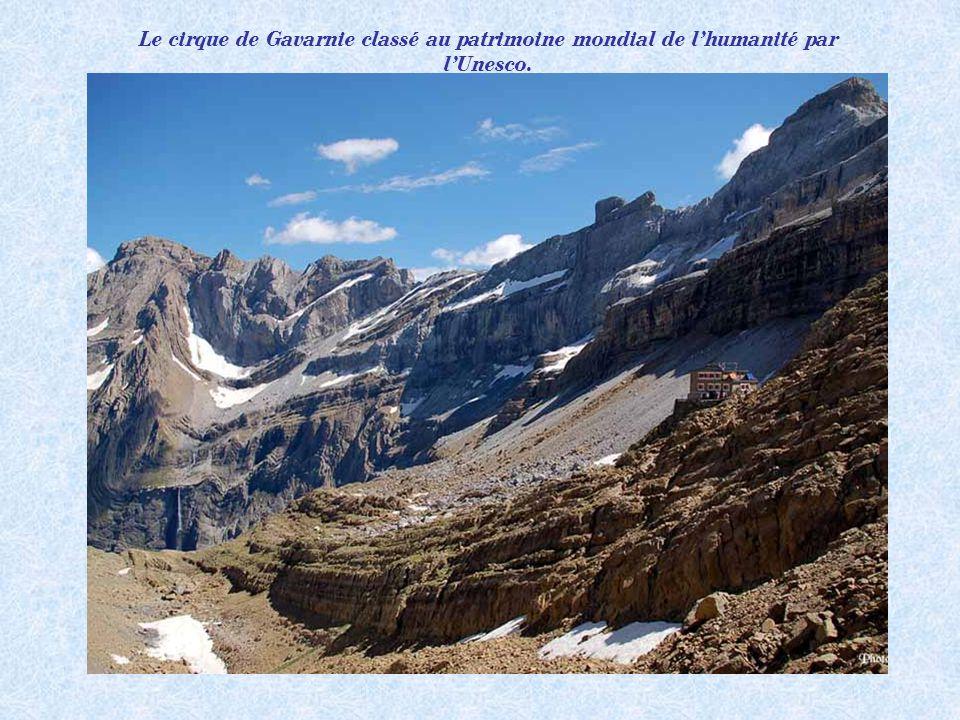 Le cirque de Gavarnie et sa cascade (la plus haute dEurope: 400m).