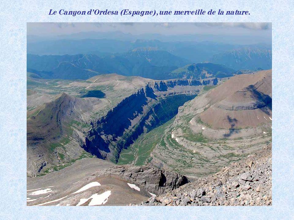 Panorama depuis le Mont Perdu 3355m (Espagne), 3em sommet des Pyrénées Après lAneto 3404m et le pic des Posets 3369m.