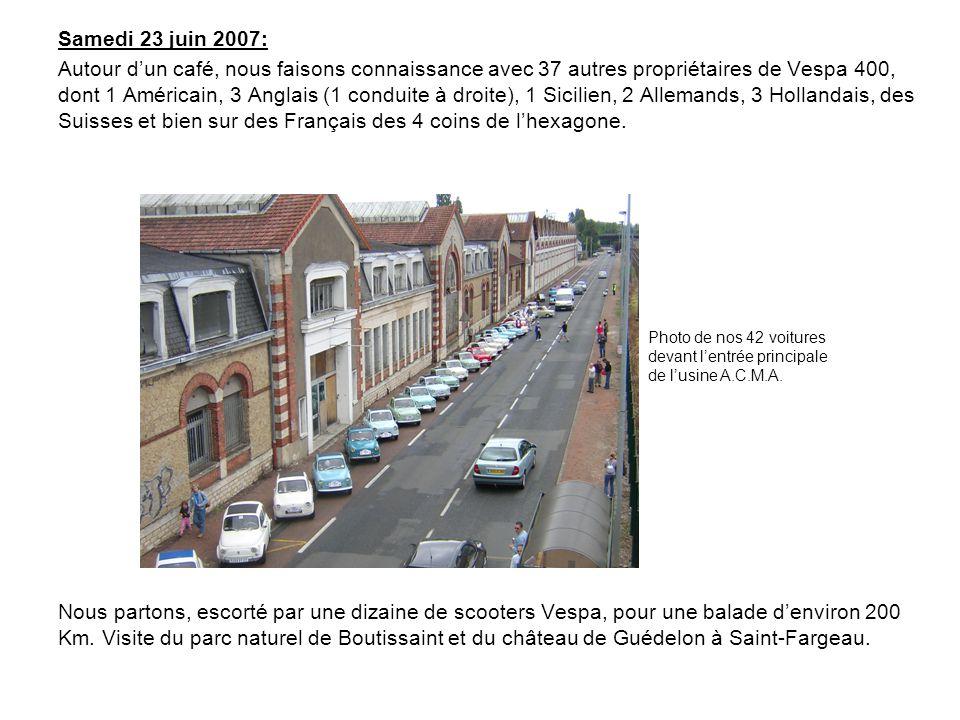 Samedi 23 juin 2007: Autour dun café, nous faisons connaissance avec 37 autres propriétaires de Vespa 400, dont 1 Américain, 3 Anglais (1 conduite à droite), 1 Sicilien, 2 Allemands, 3 Hollandais, des Suisses et bien sur des Français des 4 coins de lhexagone.