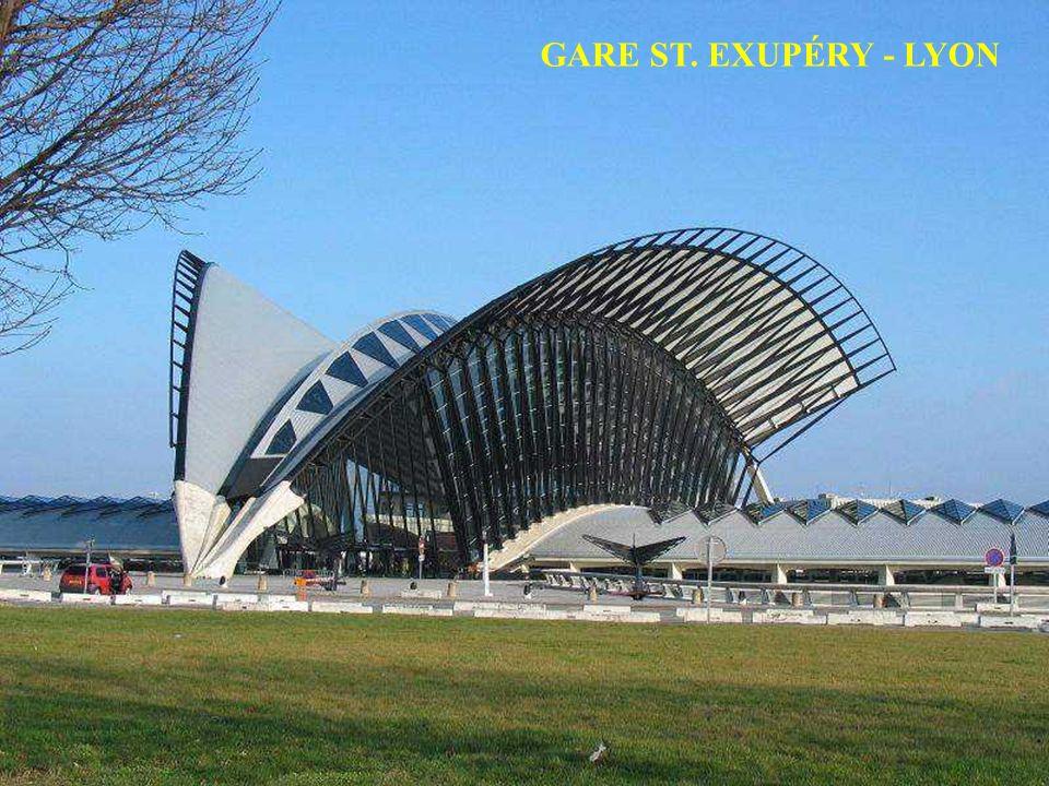 Santiago Calatrava est un architecte, un ingénieur, un peintre et un sculpteur.