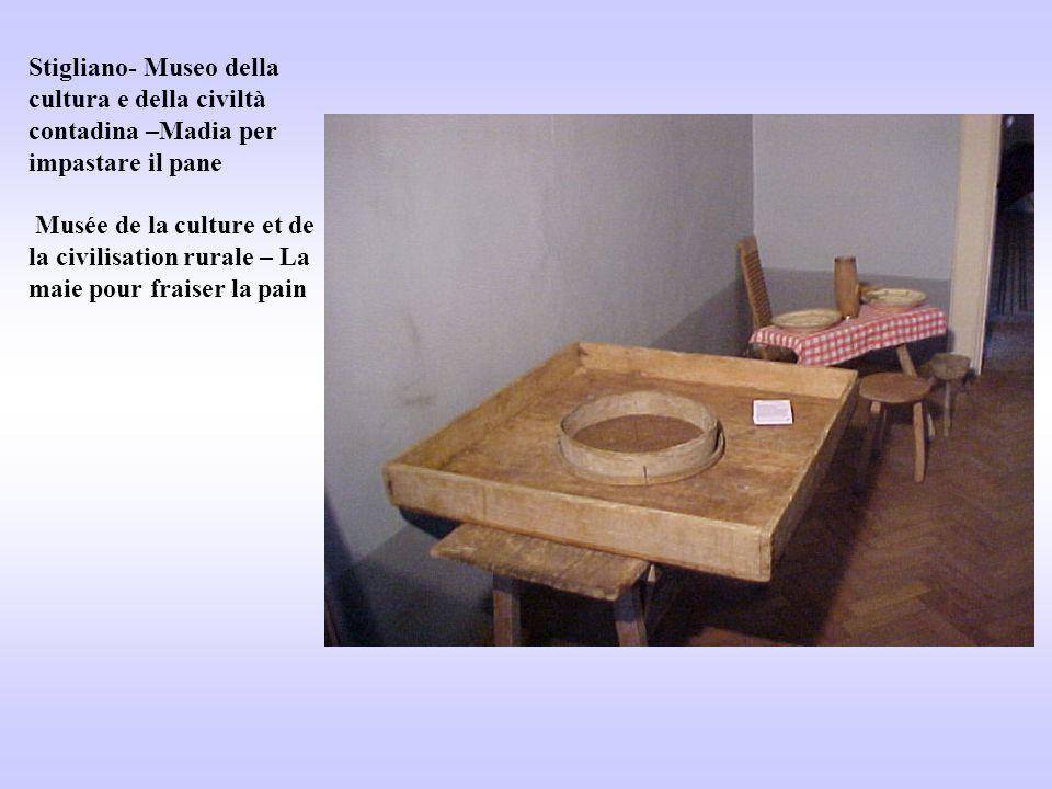 Stigliano- Museo della cultura e della civiltà contadina –Madia per impastare il pane Musée de la culture et de la civilisation rurale – La maie pour
