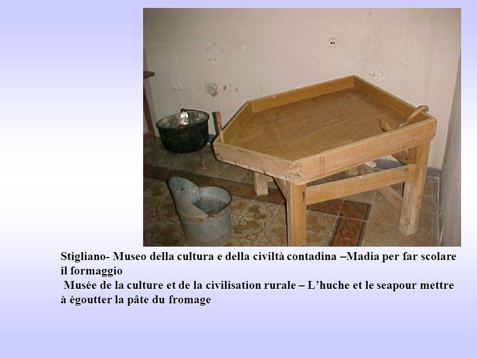 Stigliano- Museo della cultura e della civiltà contadina –Madia per far scolare il formaggio Musée de la culture et de la civilisation rurale – Lhuche