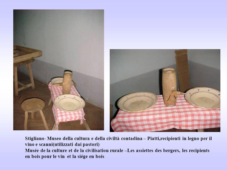 Stigliano- Museo della cultura e della civiltà contadina – Piatti,recipienti in legno per il vino e scanni(utilizzati dai pastori) Musée de la culture