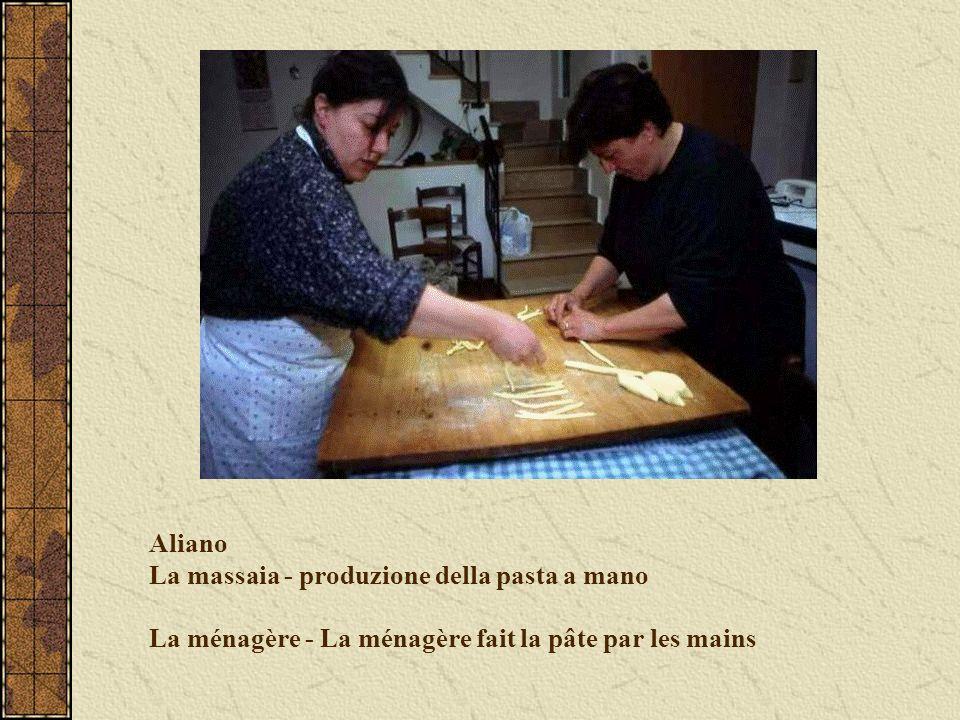 Aliano La massaia - produzione della pasta a mano La ménagère - La ménagère fait la pâte par les mains