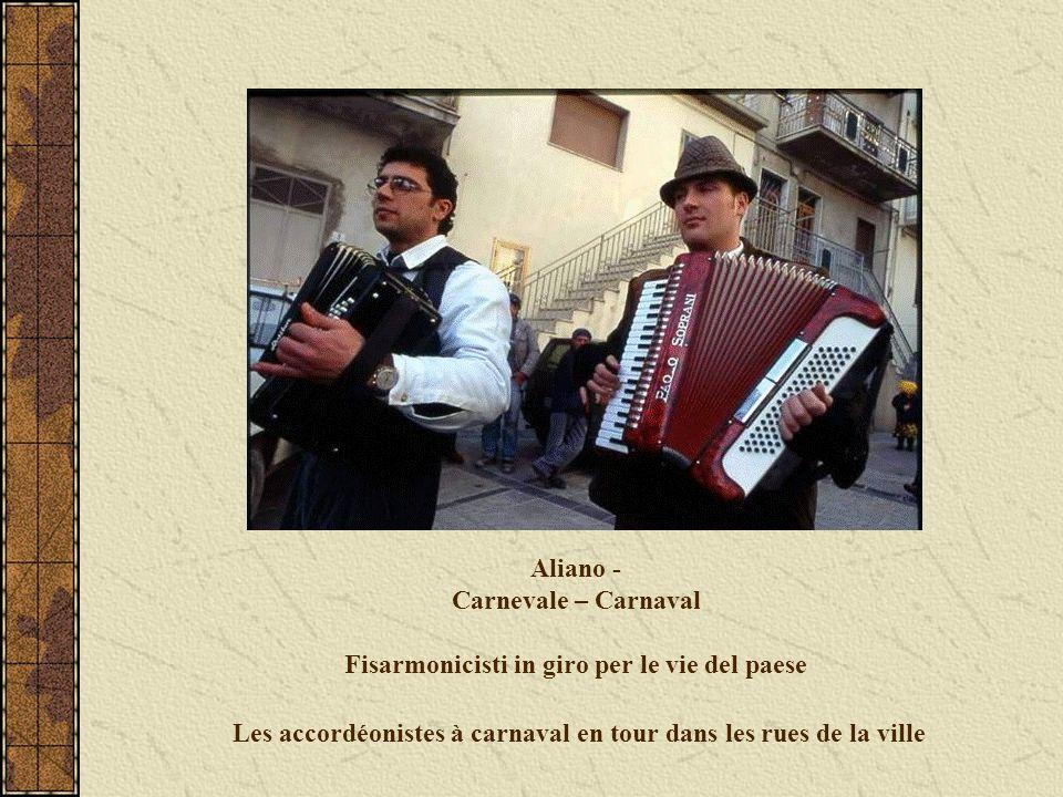 Aliano - Carnevale – Carnaval Fisarmonicisti in giro per le vie del paese Les accordéonistes à carnaval en tour dans les rues de la ville