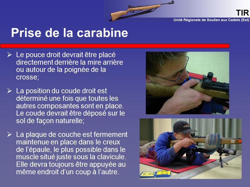 Prise de la carabine  Le pouce droit devrait être placé directement derrière la mire arrière ou autour de la poignée de la crosse;  La position du c