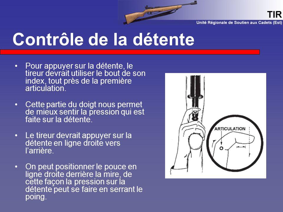 Pour appuyer sur la détente, le tireur devrait utiliser le bout de son index, tout près de la première articulation. Cette partie du doigt nous permet