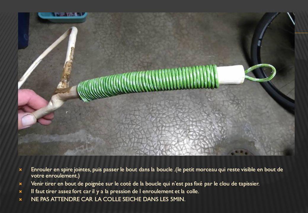  Bruler le bout de la corde, puis la bloquer avec un petit clou de tapissier.(tête plate.)  La boucle de bout de poignée doit être assez courte, com