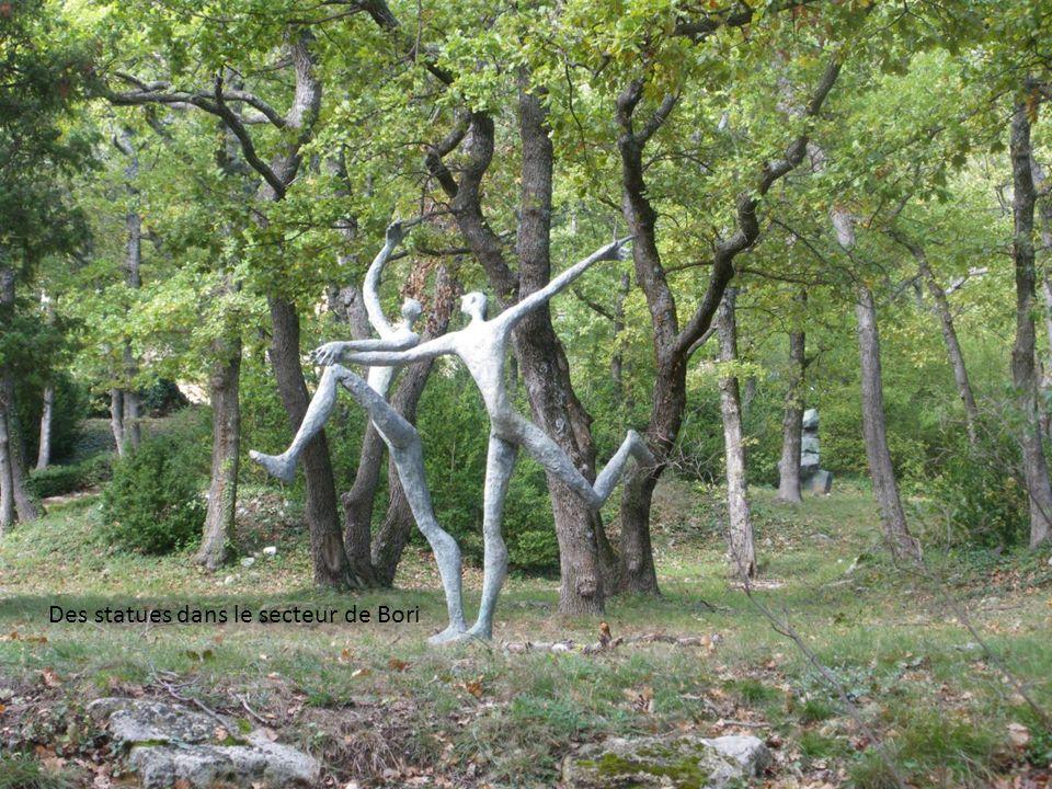 Des statues dans le secteur de Bori