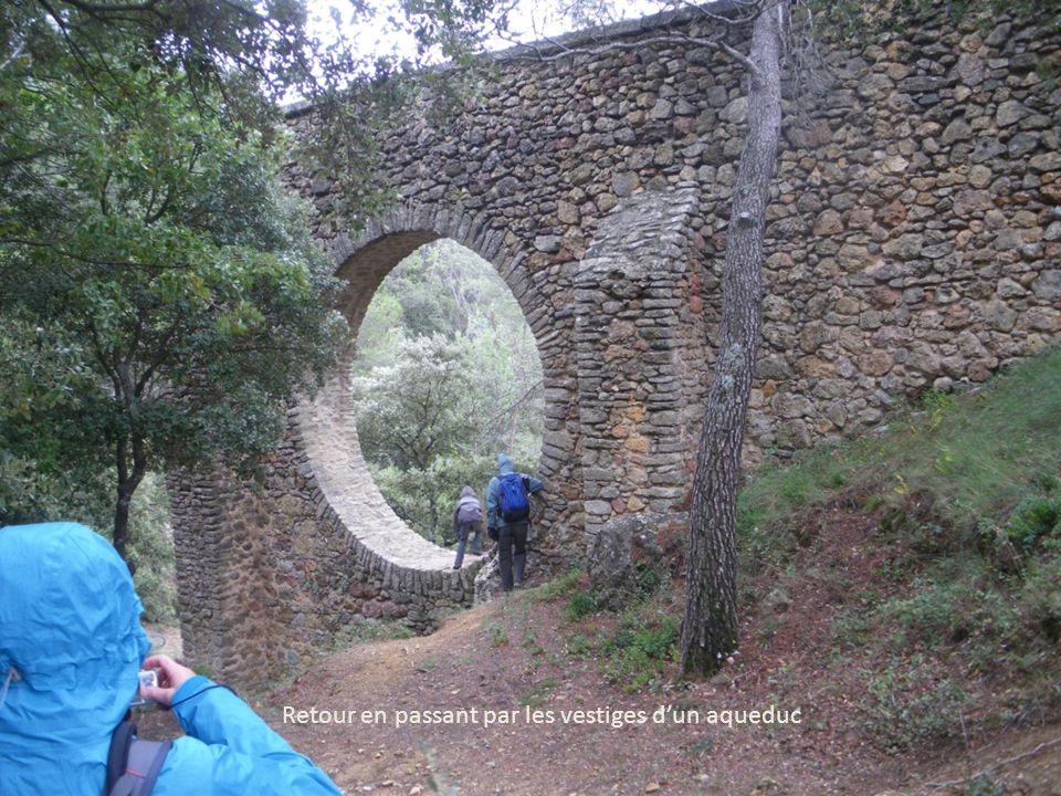 Retour en passant par les vestiges d'un aqueduc