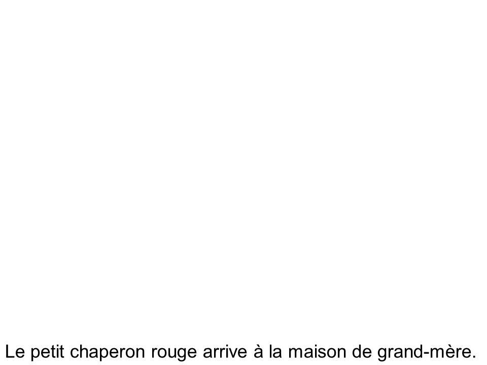 Le petit chaperon rouge arrive à la maison de grand-mère.