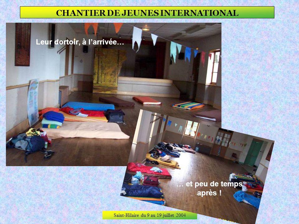 Saint-Hilaire du 9 au 19 juillet 2004 CHANTIER DE JEUNES INTERNATIONAL Leur cuisine avec Julie en maîtresse de maison.