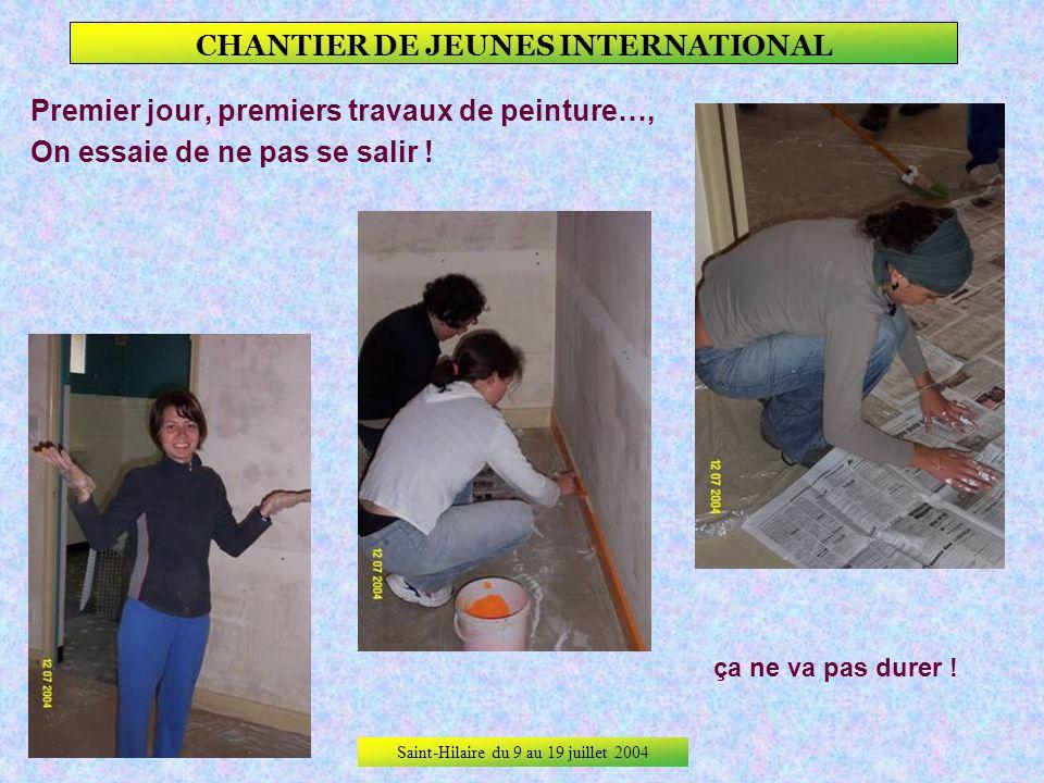 Saint-Hilaire du 9 au 19 juillet 2004 CHANTIER DE JEUNES INTERNATIONAL 1er jour de travail, Début du chantier par une couche de blanc sur tous les mur