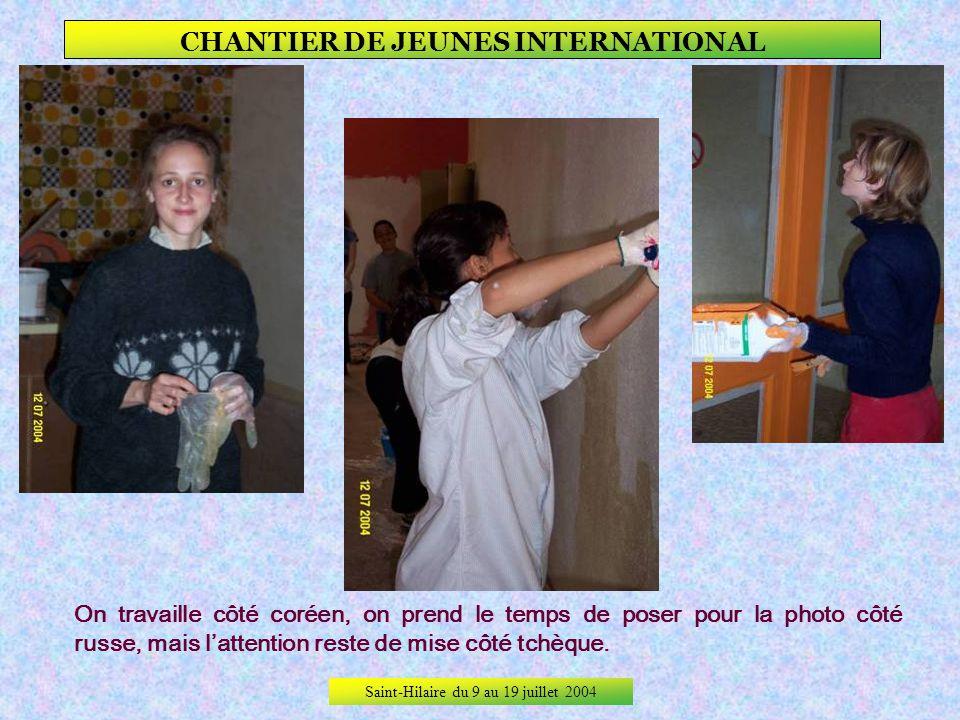Saint-Hilaire du 9 au 19 juillet 2004 CHANTIER DE JEUNES INTERNATIONAL Premier jour, premiers travaux de peinture…, On essaie de ne pas se salir ! ça