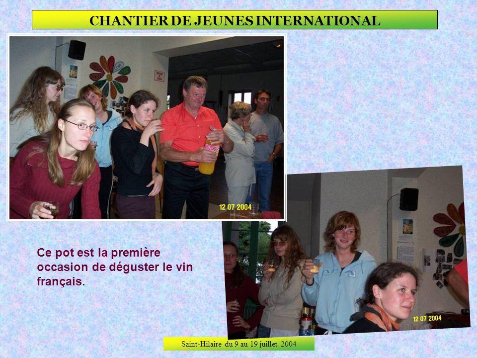 Saint-Hilaire du 9 au 19 juillet 2004 CHANTIER DE JEUNES INTERNATIONAL Le soir venu, pot daccueil officiel du chantier et présentation des jeunes femm