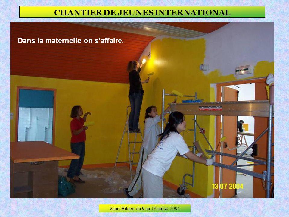 Saint-Hilaire du 9 au 19 juillet 2004 CHANTIER DE JEUNES INTERNATIONAL Puis le travail reprend … Aux rampes, Merve et Pelin, Julie lanimatrice et Marg