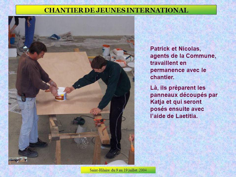 Saint-Hilaire du 9 au 19 juillet 2004 CHANTIER DE JEUNES INTERNATIONAL 3ème jour de travail, Préparation et pose de panneaux daffichage.