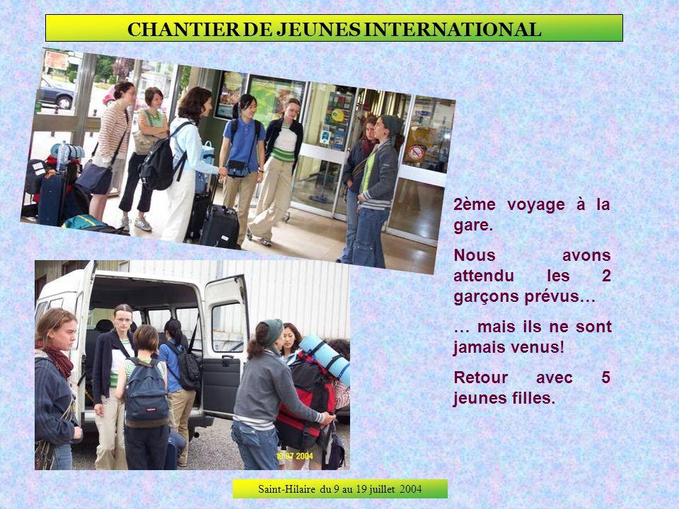 Saint-Hilaire du 9 au 19 juillet 2004 CHANTIER DE JEUNES INTERNATIONAL Sur le quai de la gare de Moulins, 1ère recrue : LAETITIA Puis départ avec le 1
