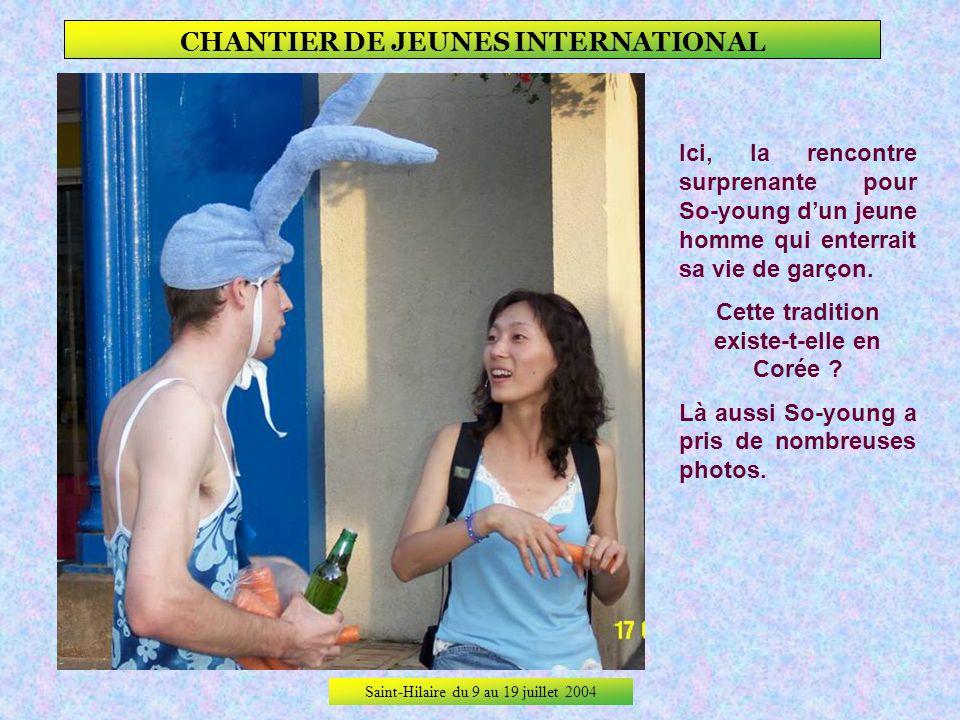 Saint-Hilaire du 9 au 19 juillet 2004 CHANTIER DE JEUNES INTERNATIONAL … Avec les un peu moins jeunes, ici Martine qui leur apporte une tarte aux ceri