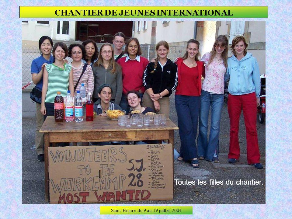 Saint-Hilaire du 9 au 19 juillet 2004 CHANTIER DE JEUNES INTERNATIONAL 1ère rencontre, 1er soir, et déjà 1er pot avec le Club des Jeunes.