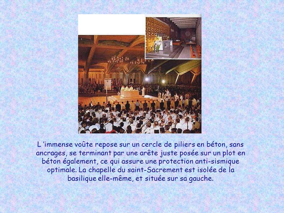 L immense basilique à 3 étages se révéla vite trop petite pour accueillir la foule des fidèles accourus du monde entier, et l on construisit la basili