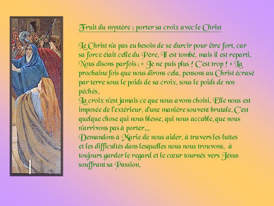 Jésus est chargé de sa croix. Vraisemblablement, dailleurs, de la poutre transversale, car les poutres verticales étaient plantées à lavance sur le li