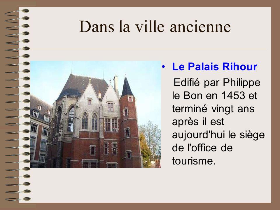 Dans la ville ancienne La Vieille Bourse Bâtie entre 1652 et 1653 sur la Grand-Place pour assurer la prospérité de la ville elle abritait les marchands et changeurs de l époque.