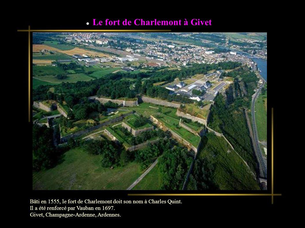 Le fort de Charlemont à Givet Bâti en 1555, le fort de Charlemont doit son nom à Charles Quint.