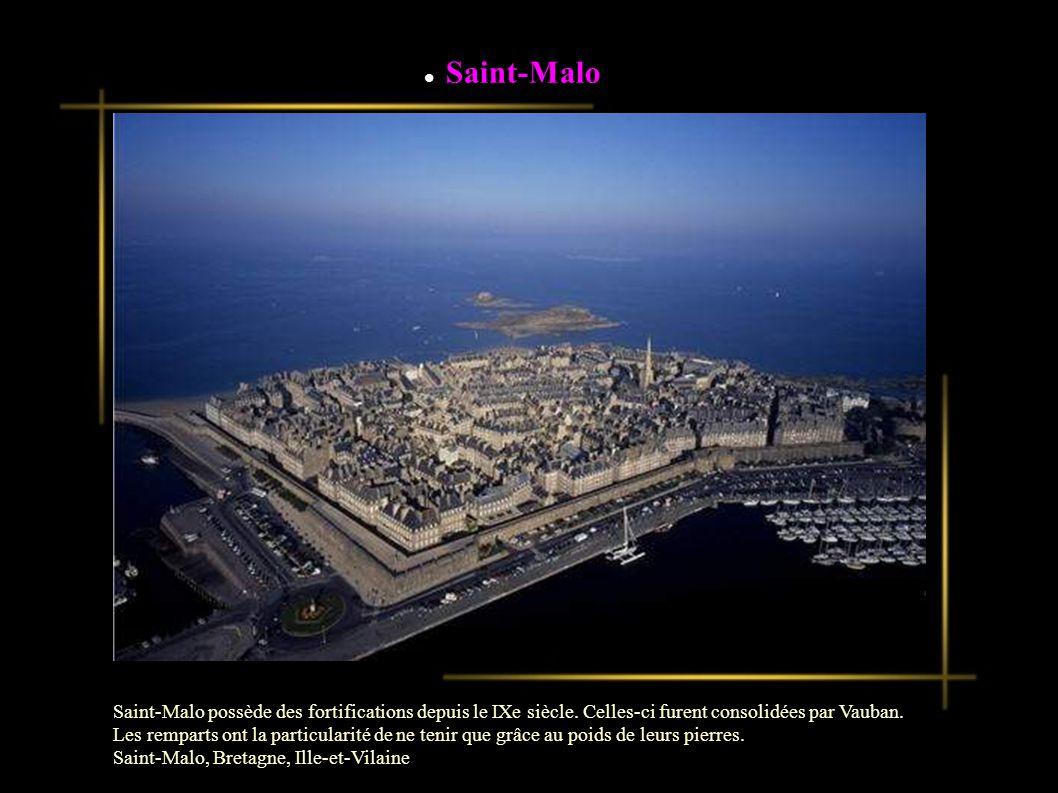 Saint-Malo possède des fortifications depuis le IXe siècle.