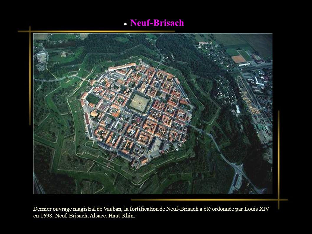 Dernier ouvrage magistral de Vauban, la fortification de Neuf-Brisach a été ordonnée par Louis XIV en 1698.