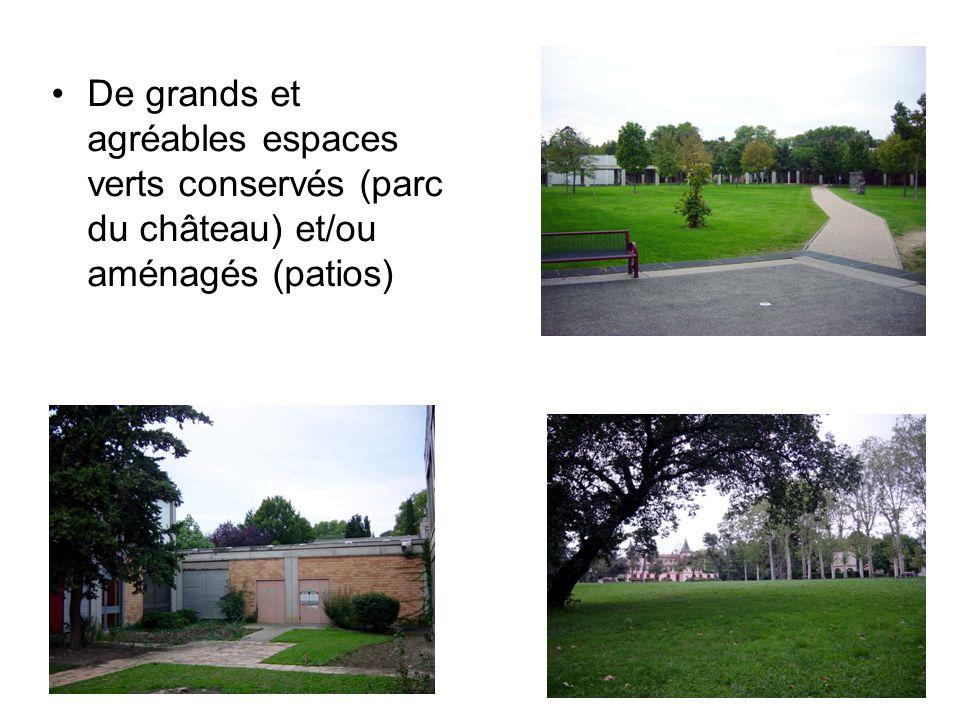 De grands et agréables espaces verts conservés (parc du château) et/ou aménagés (patios)