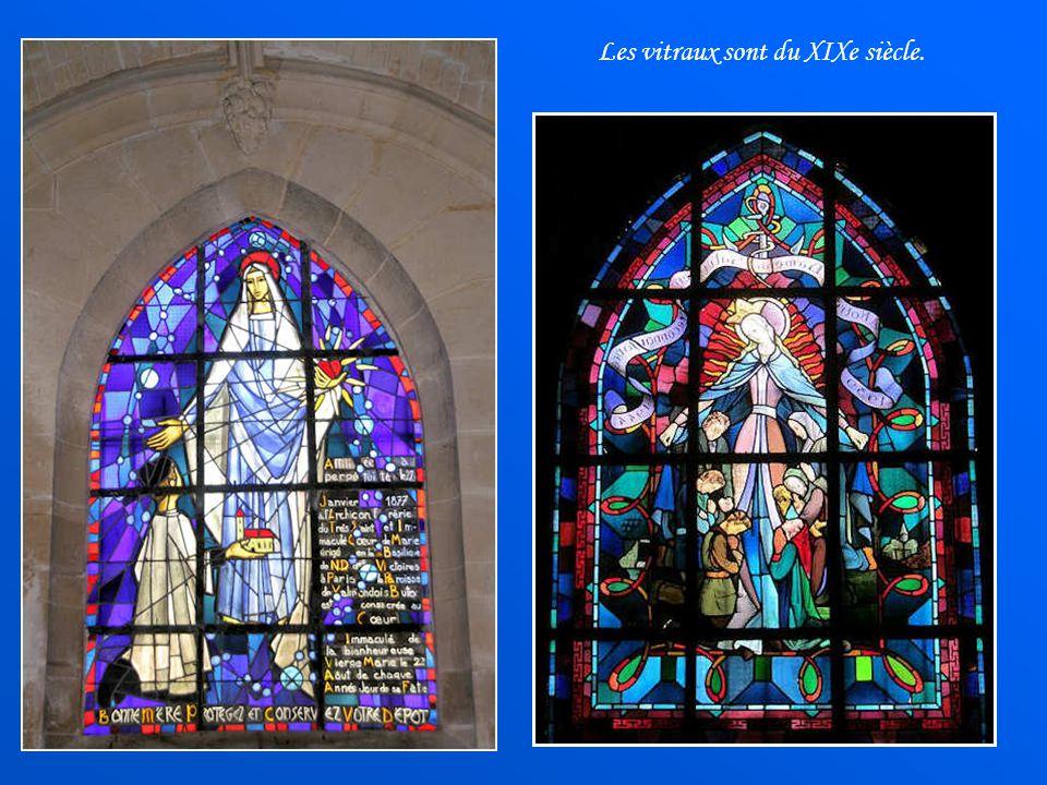 Dans la chapelle nord, reconstruite au début du règne de François Ier, la voûte dite à liernes et à tiercerons comprend un décor de style flamboyant.