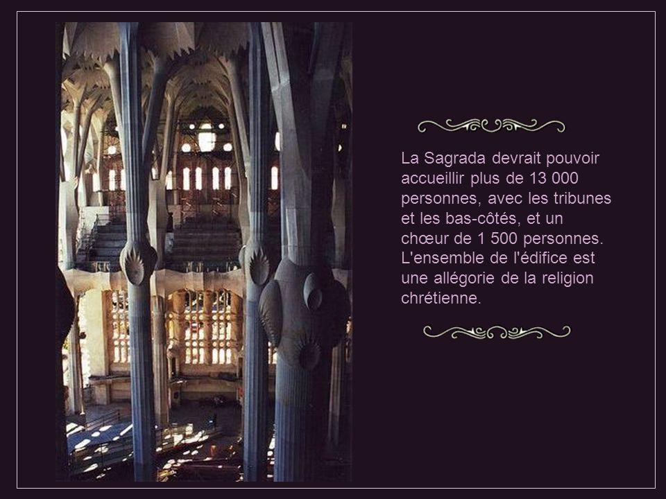 Interrompue en 1936 où la crypte et l'atelier de Gaudi sont incendiés, la construction reprend en 1952 d'après les plans et maquettes existantes.