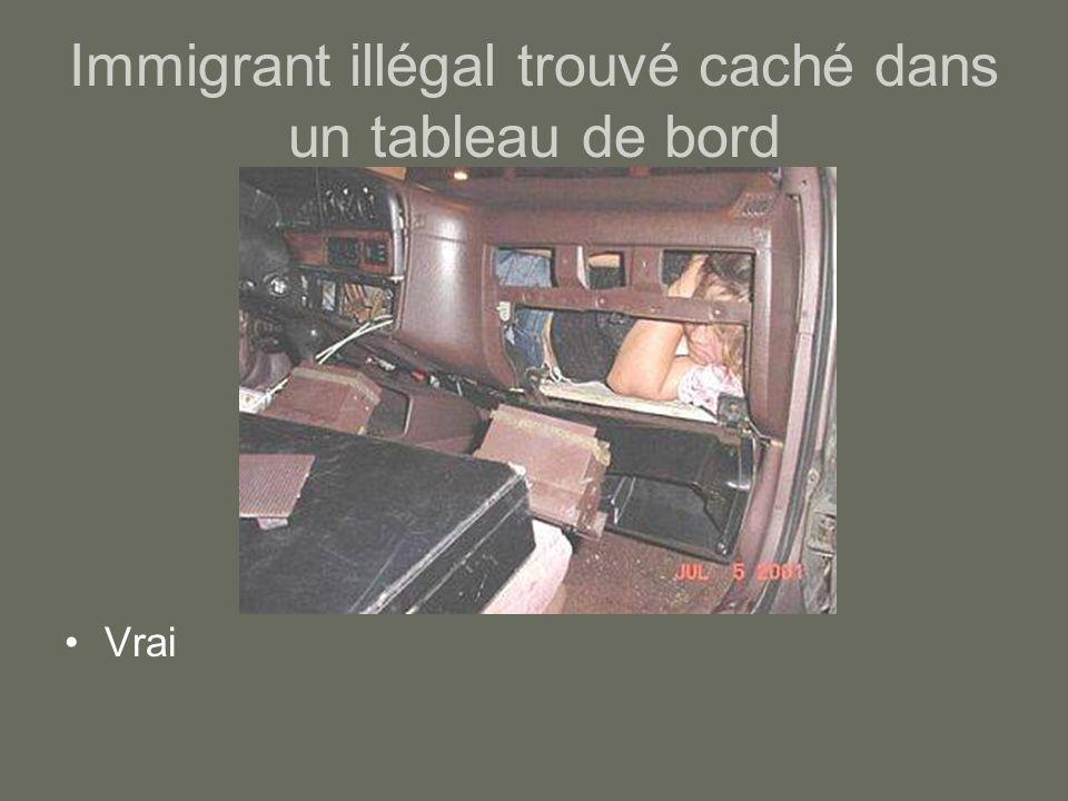 Immigrant illégal trouvé caché dans un tableau de bord Vrai