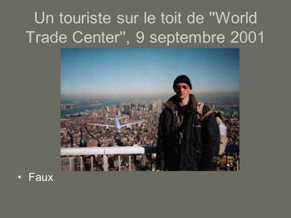 Un touriste sur le toit de ''World Trade Center'', 9 septembre 2001 Faux